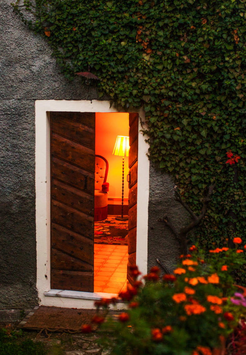 Italian country home dusk | Tosca Radigonda Photography