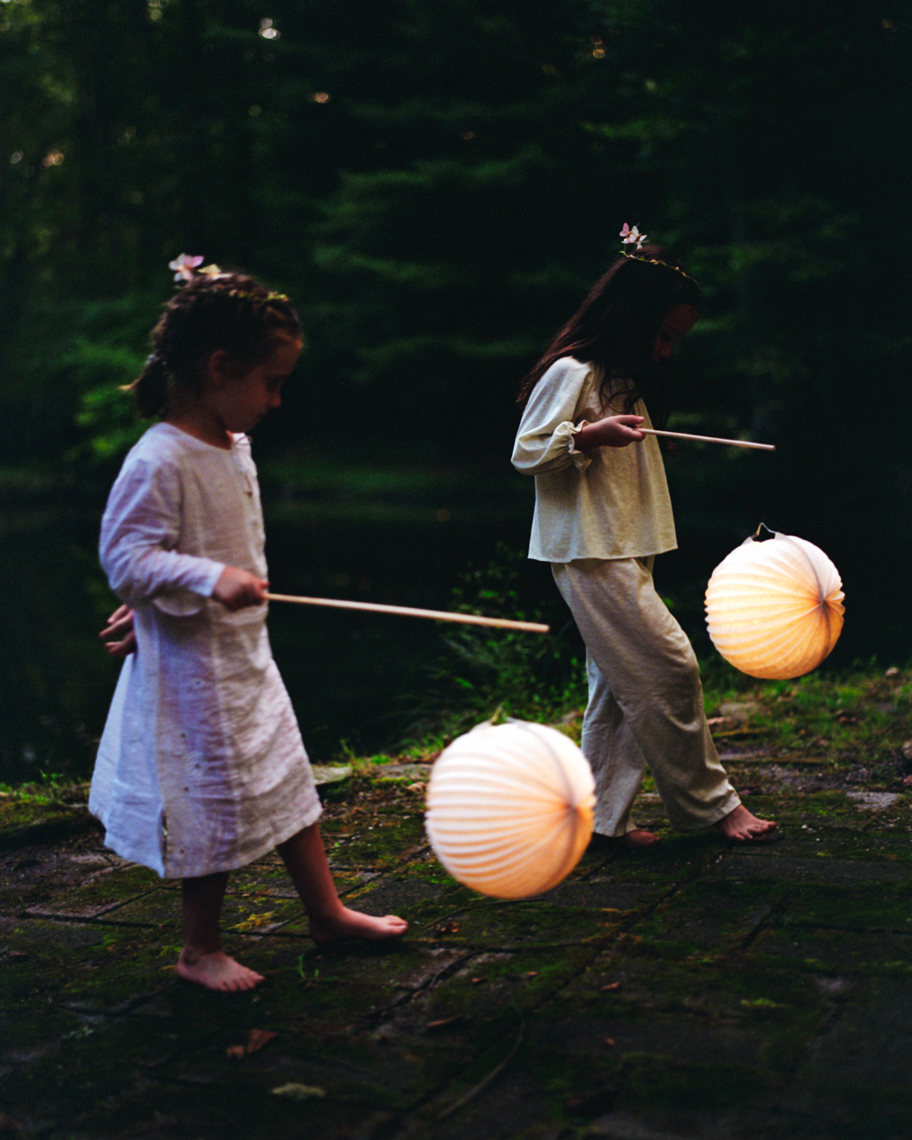 Lifestyle Image of Kids With Lanterns | Tosca Radigonda Photography
