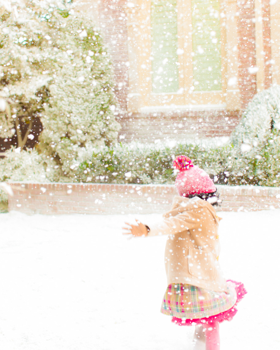 IMAGE OF GIRL PLAYING  IN SNOW | TOSCA RADIGONDA PHOTOGRAPHY
